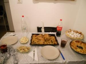 Коледно пълнено пиле със стафиди и коледна питка венец с ТОЛКОВА много кашкавал, салам и доматен сос